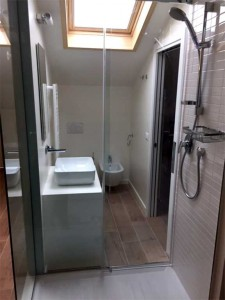 Ristrutturazione casa a schiera - Mansarda con box doccia in vetro